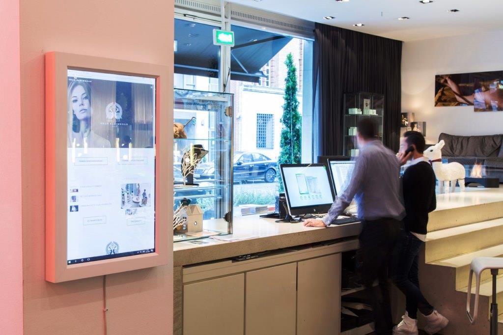 Hotels und Gastronomiebetriebe haben die Möglichkeit, den digitalen Spiegel jederzeit selbst zu konfigurieren und an die Bedürfnisse ihrer Gäste anzupassen. copyright: DirrorHotels und Gastronomiebetriebe haben die Möglichkeit, den digitalen Spiegel jederzeit selbst zu konfigurieren und an die Bedürfnisse ihrer Gäste anzupassen. - copyright: Dirror