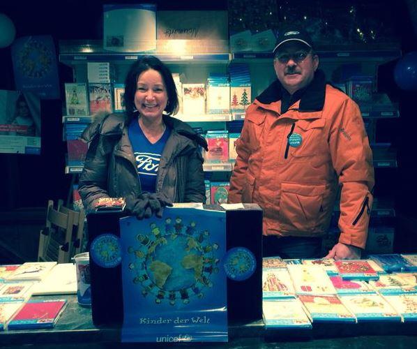 Ehrenamtliches Engagement: Verkauf von Weihnachtskarten zugunsten von UNICEF. - copyright: obs / Ford-Werke GmbH