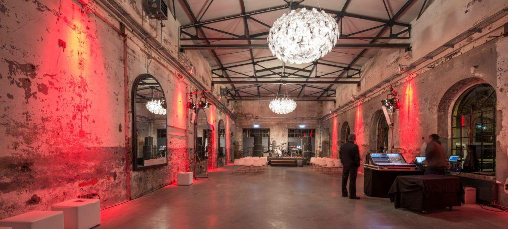 Das ehemalige Fabrikgebäude trumpft auf, mit außergewöhnlichen Kronleuchtern und industriellen Rundbogenfenstern in hohen Hallen. - copyright: Eventfotografie24.com