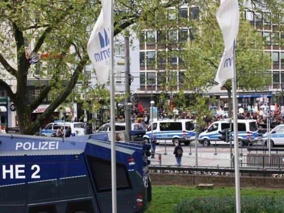 Polizei riegelt das Maritim Hotel hermetisch ab. - copyright: CityNEWS / Christian Esser