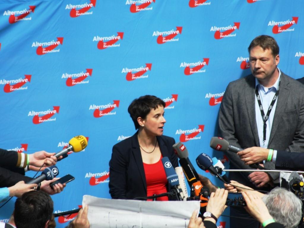 Frauke Petry gesteht vor versammelter Presse ihre Niederlage ein. - copyright: CityNEWS / Christian Esser