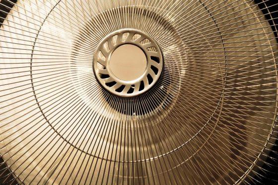 Viele Hitzegeplagte setzen seit Jahren klassisch auf den Ventilator. - copyright: pixabay.com