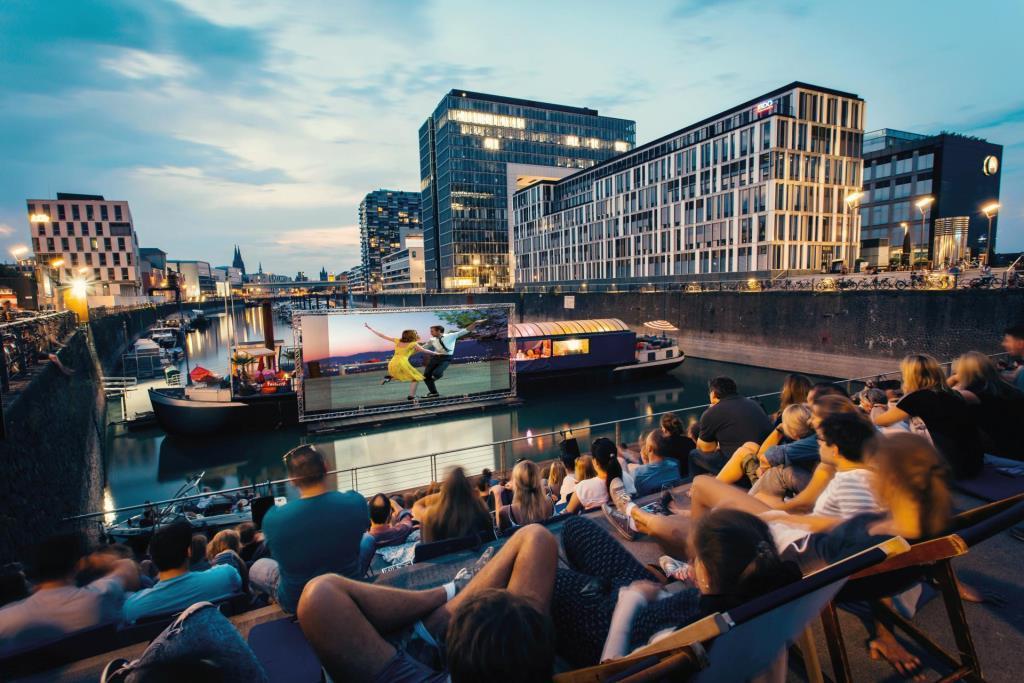 Großes Open Air Kino im Rheinauhafen mit Blick auf den Kölner Dom - copyright: BAY GmbH