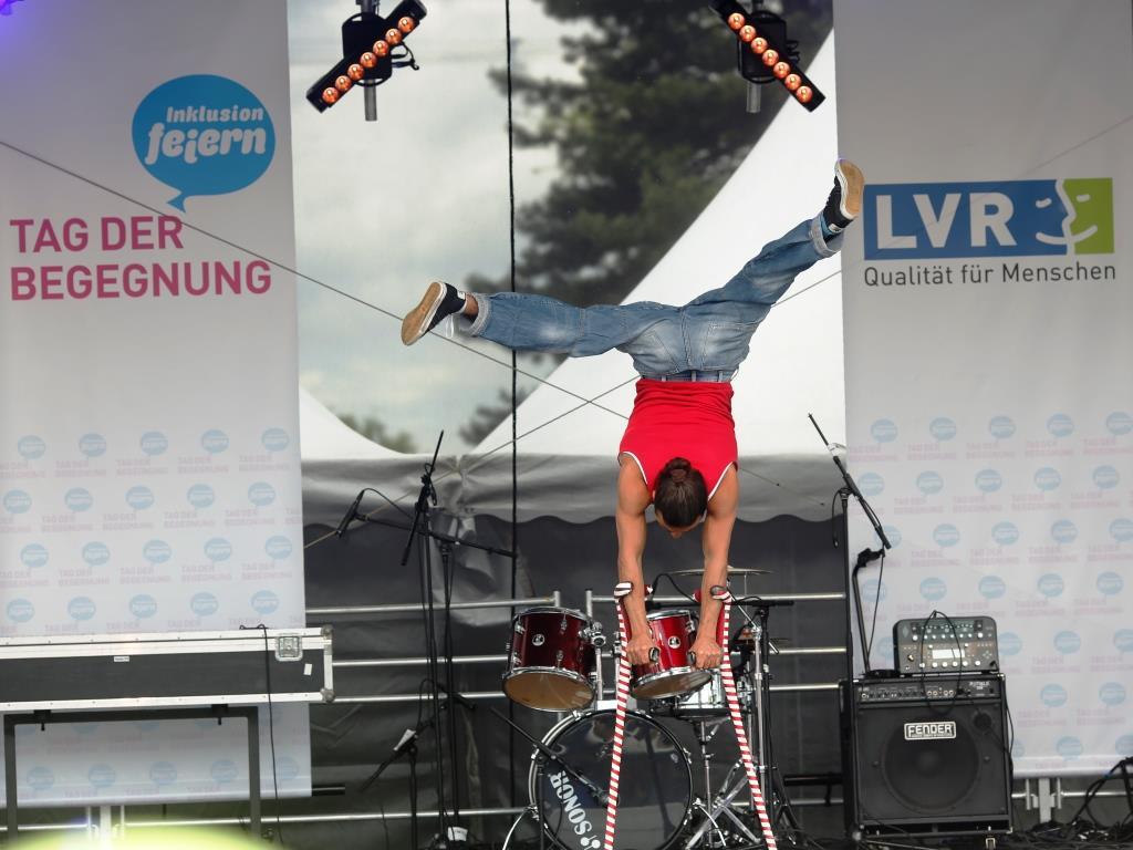 Breakdance auf Krücken mit Dergin Tokmak. - Foto: Heike Fischer / LVR