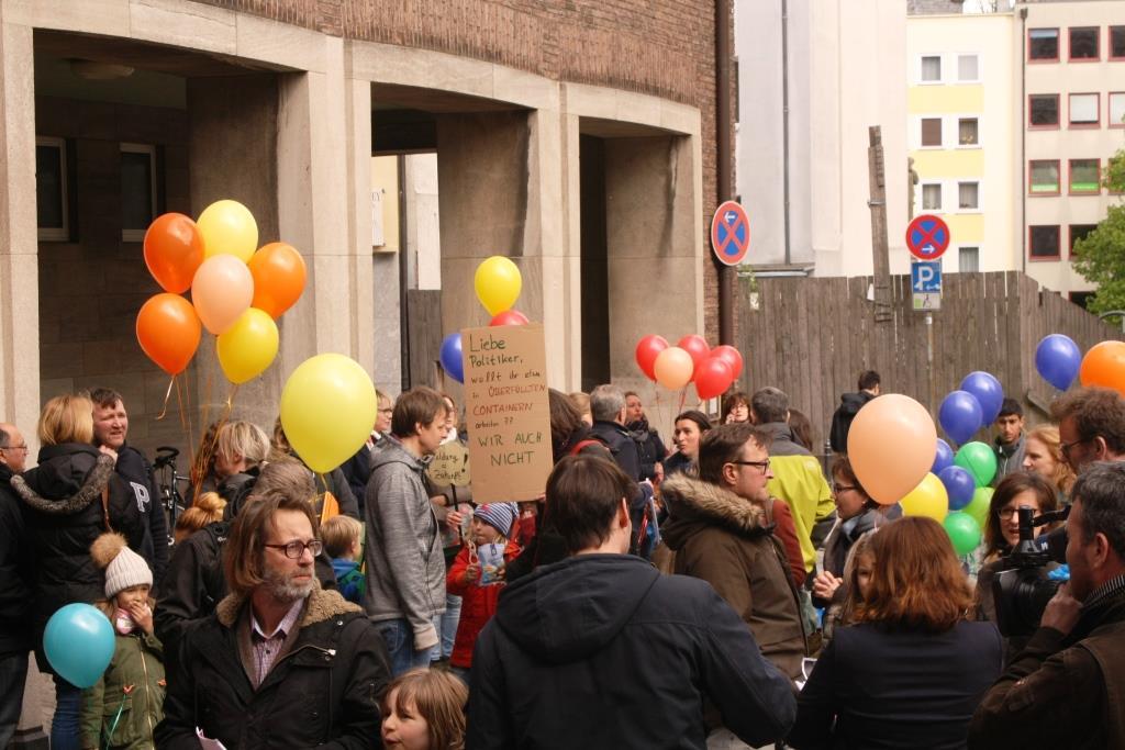 Etwa 50 Demonstranten (Eltern und Kinder) zeigten auf Transparenten, was sie von der aktuellen Schulpolitik der Stadt Köln halten. - copyright: CityNEWS / Christian Esser