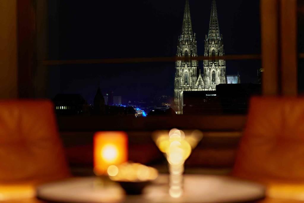 Die Lage hoch oben über den Dächern Kölns, der Ausblick auf den Kölner Dom und auf ganz spezielle Drinks: Das LAB12 kann für Veranstaltungen aller Art als Event-Location gemietet werden. - copyright: AccorHotels Germany GmbH PULLMAN COLOGNE / Team Uwe Nölke