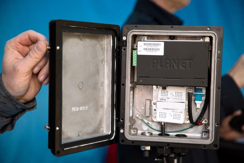 Die einzelnen Access Points sind per Glasfaser mit einer Bandbreite von bis zu 1Gbit/s angebunden und oft leistungsstärker als lokale Handynetze. - copyright: CityNEWS / Alex Weis