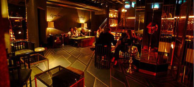 Gemütliche Sitzecke im THE CAGE auf der zweiten Etage. - copyright: Event Inc