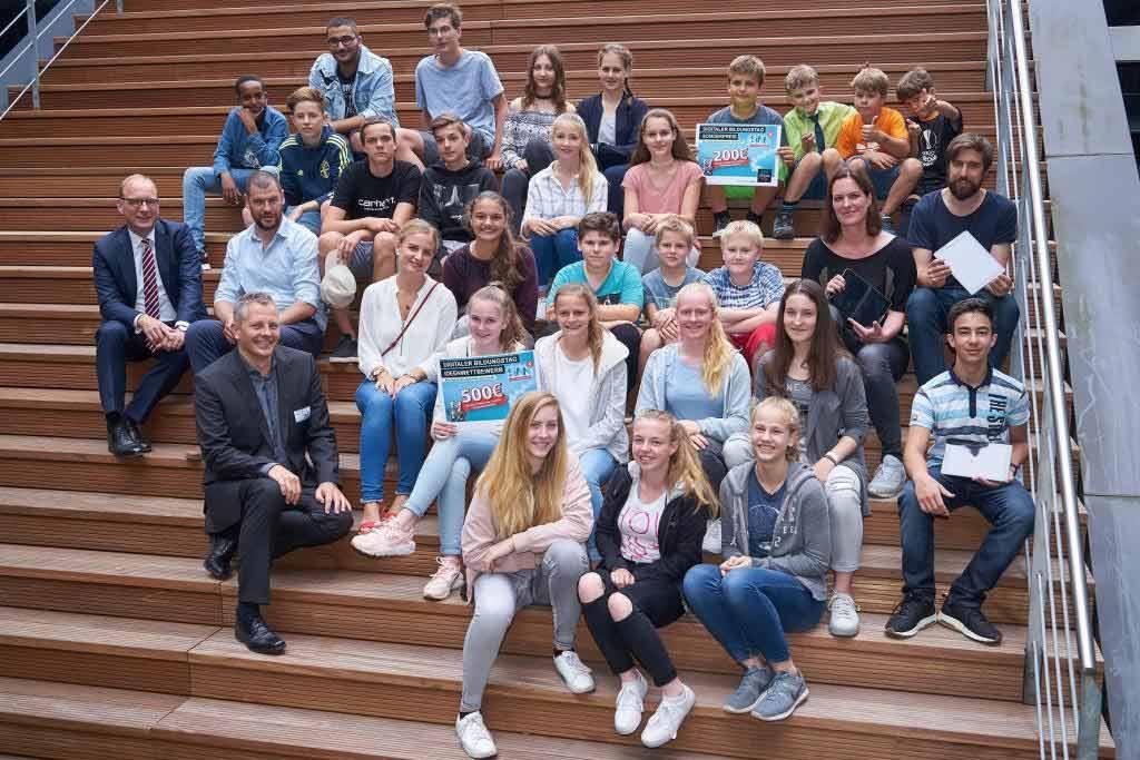 Die Gewinner des Ideenwettbewerbs bei der heutigen Preisverleihung des Digitalen Bildungstags von NetCologne. - copyright: NetCologne / wolfbusch.de