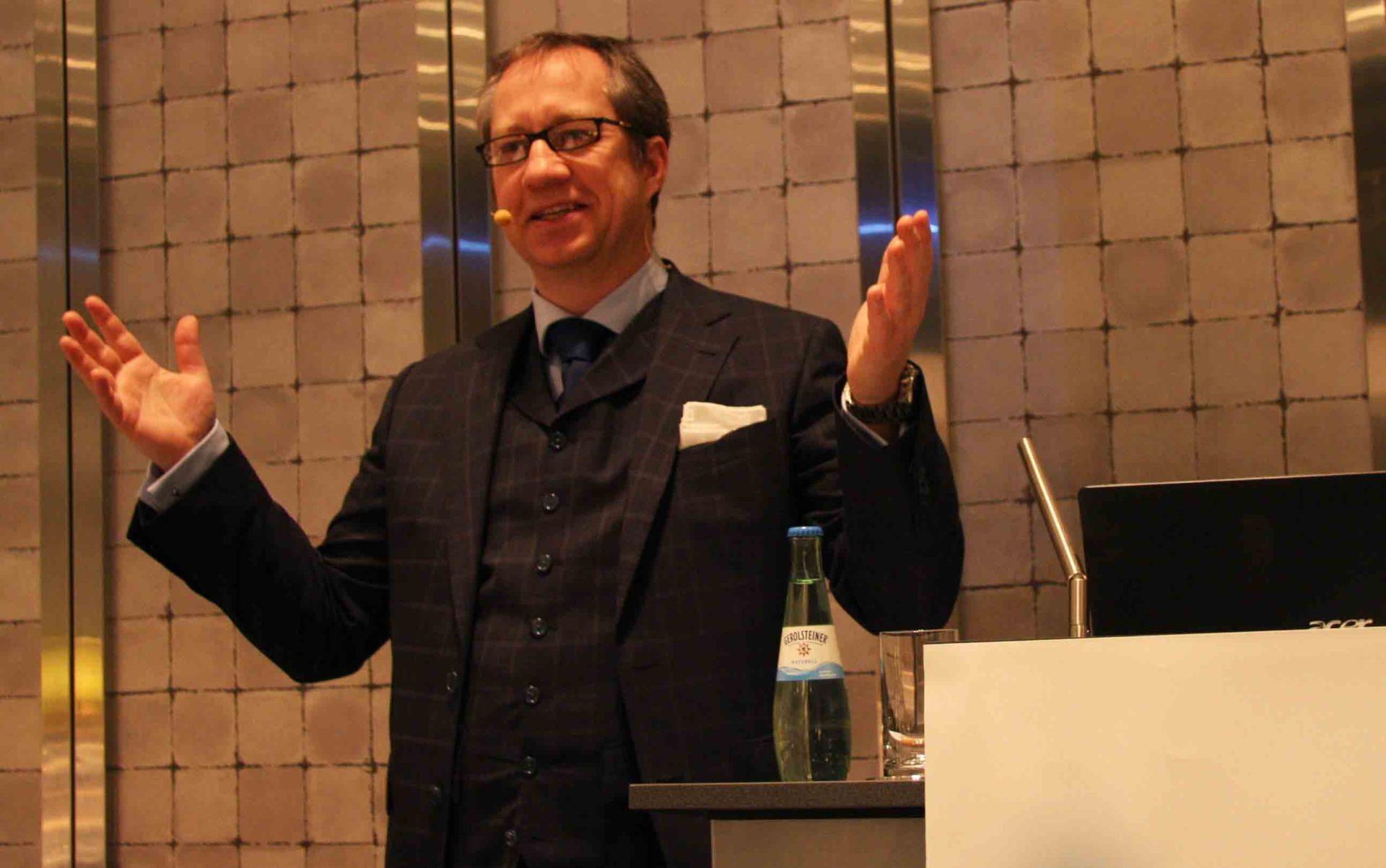 Langweilige Unternehmensveranstaltungen gehören der Vergangenheit an, denn Kabarettist Dr. Jens Wegmann weiß Abhilfe. - copyright: privat