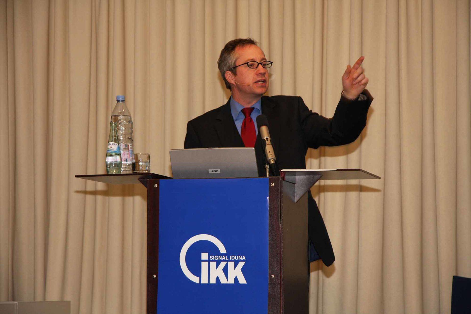 Dr. Wegmann weiß: Humor ist der Kitt, der ein Team zusammenschweißt und Kunden an das Unternehmen bindet. - copyright: privat