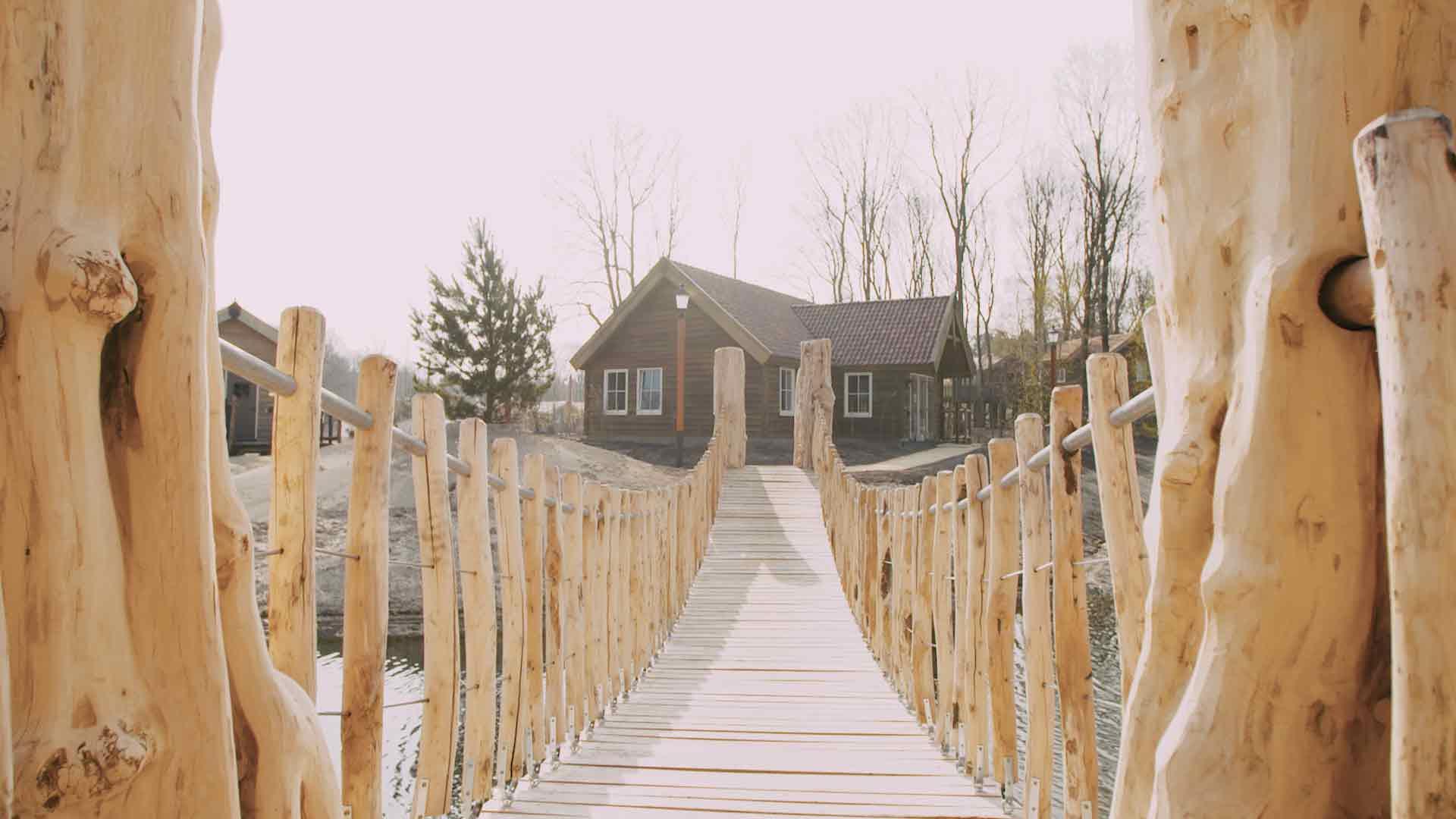 Am Rande der Naturlandschaft wurde ein Ferienresort mit neuen Unterkünften über, auf und unter der Erde gebaut. - copyright: Efteling