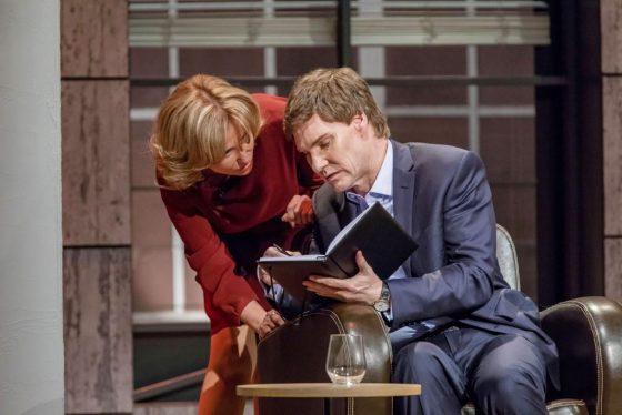 Die Investoren Dagmar Wöhrl und Carsten Maschmeyer überlegen, ob sie investieren sollen. Foto: MG RTL D / Bernd-Michael Maurer