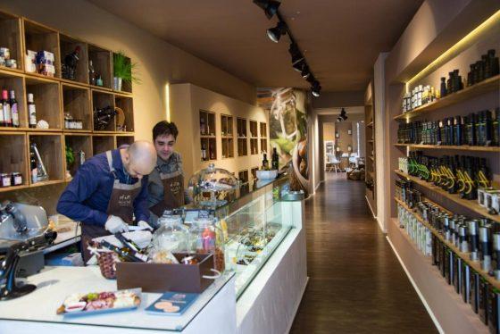 Griechische Delikatessen gibt es bei Agora auf der Apostelnstraße. - copyright: CityNEWS / Alex Weis
