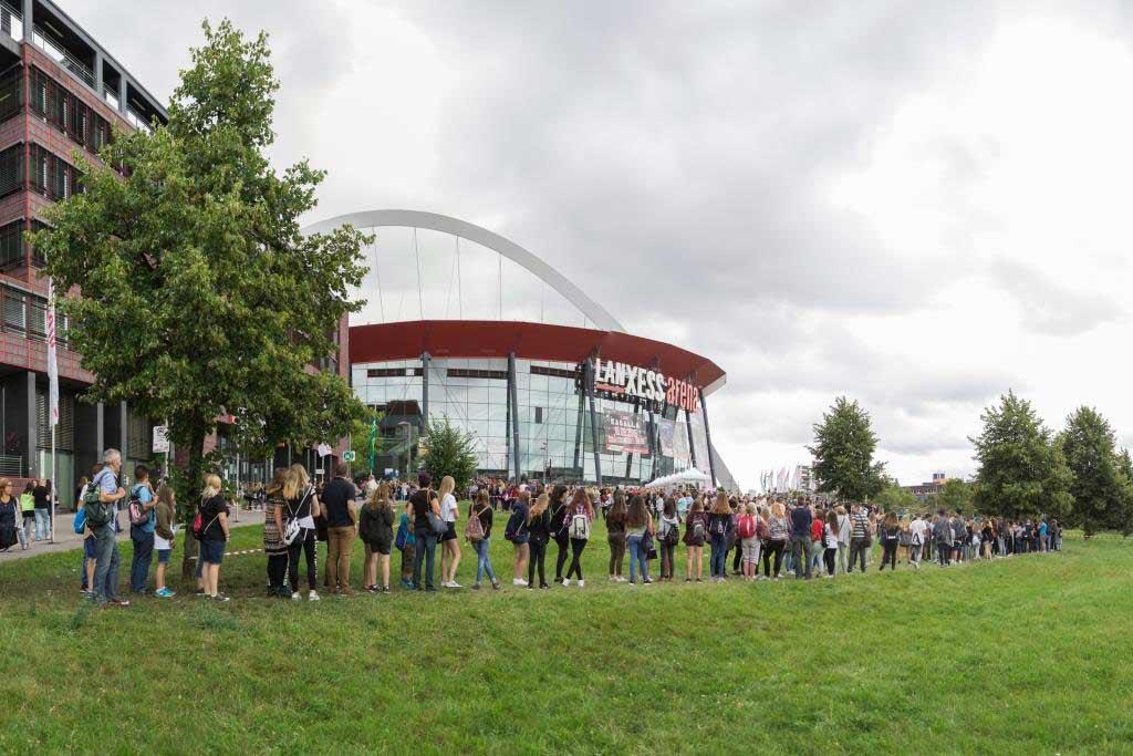 """Meterlange Warteschlangen bildeten sich vor dem """"Henkelmännchen"""" in Köln-Deutz. Zahlreiche Fans wollen """"ihren"""" YouTube-Stars ganz nahe sein und nehmen die Wartezeiten gelassen hin. - copyright: VideoDays / Divimove"""