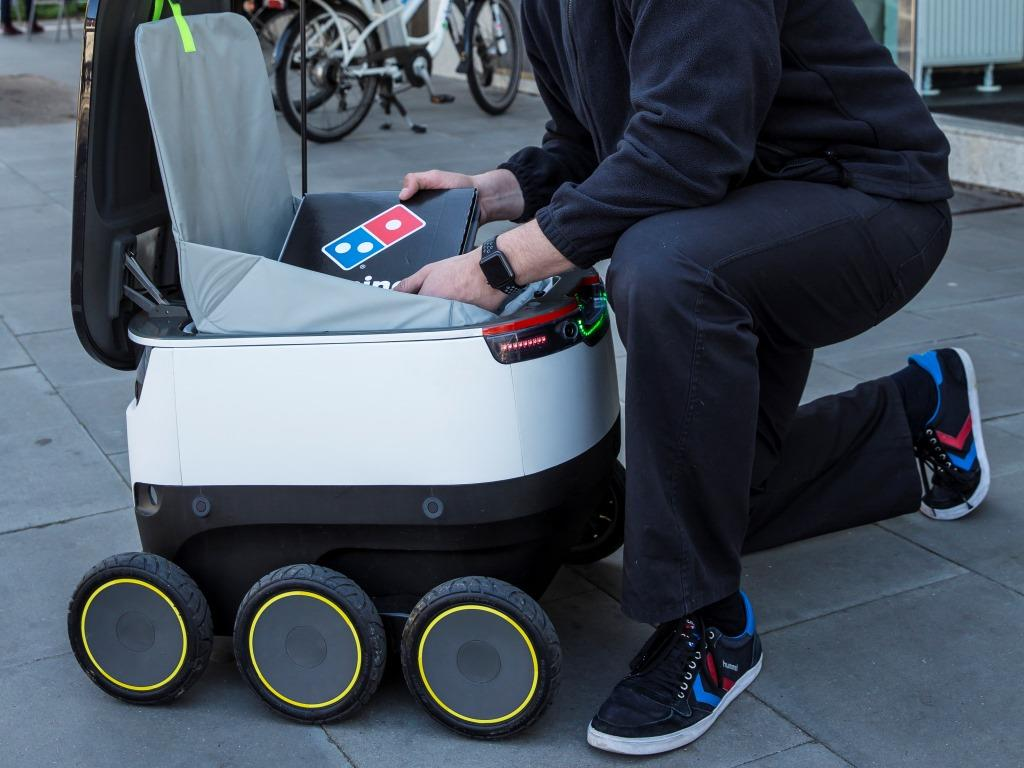 Der autonome Pizza-Lieferroboter DRU (Domino's Robotic Unit) des Anbieters Starship Technologies fährt durch Hamburg – wo der Pizzariese seinen deutschen Hauptsitz hat. - copyright: Michael Rauhe