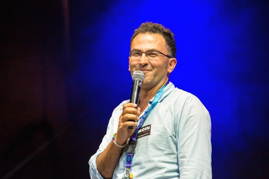 U.a. hielt Fatih Çevikkollu eine politische Rede und berichtete von seinen Erlebnissen in Jamel in Mecklenburg-Vorpommern. - copyright: CityNEWS