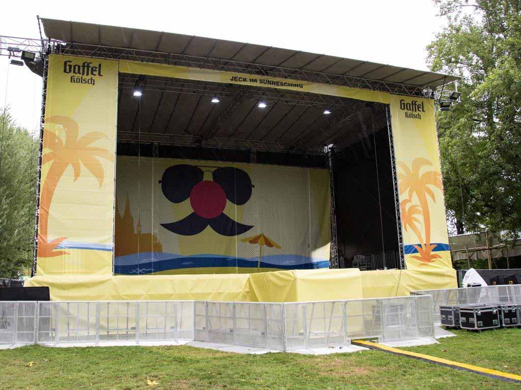Eine doppelt so große Bühne wie im vergangenen Jahr thront eindrucksvoll auf der Halbinsel im Kölner Jugendpark. - copyright: CityNEWS / Alex Weis
