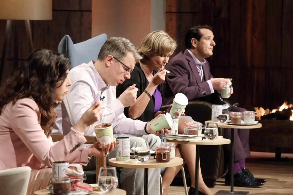 """Die Löwen testen die Produktreihe """"Luicella's Ice Cream"""" - Foto: MG RTL D / Frank Hempel"""