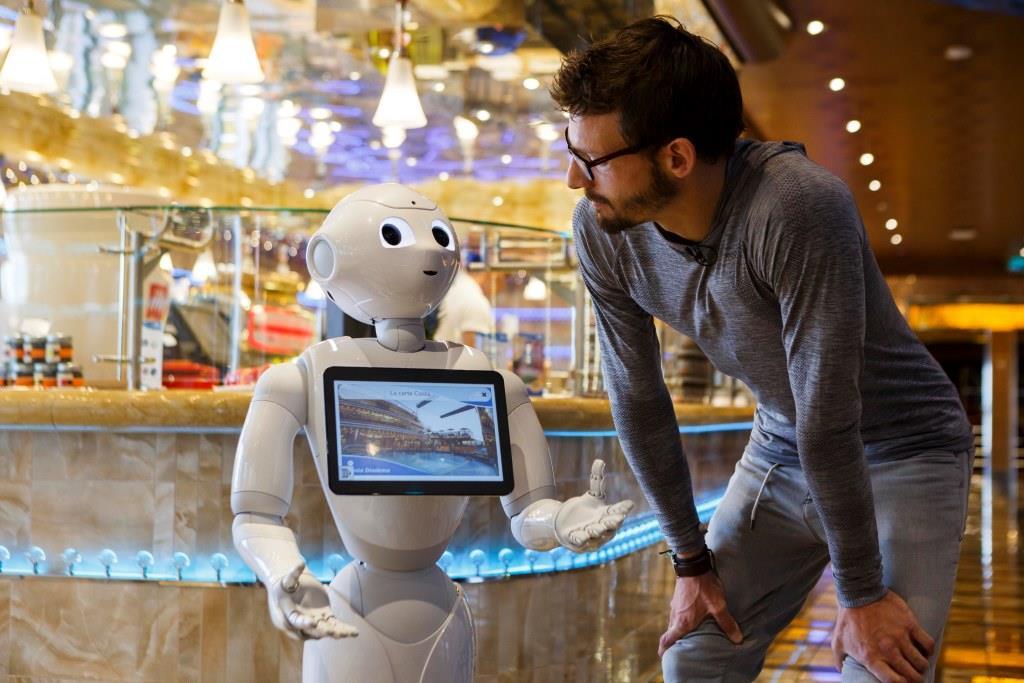 """Roboter """"Pepper"""" hilft den Kreuzfahrt-Gästen wo er kann. - copyright: Costa Kreuzfahrten"""