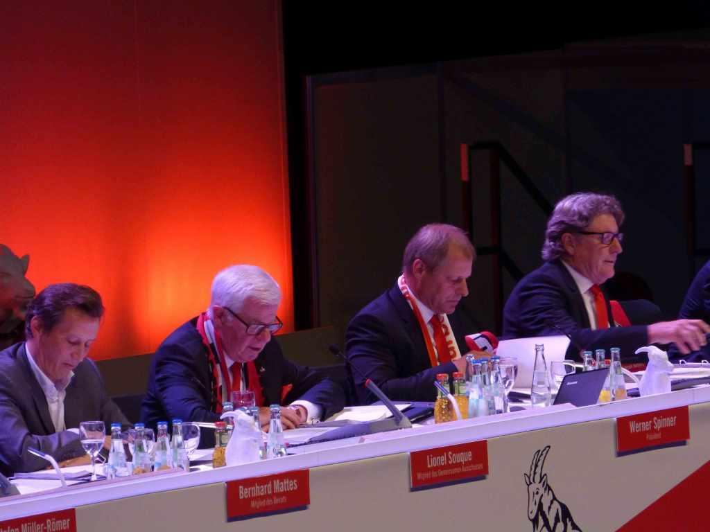 Der Vorstand des 1. FC Köln bei der Mitgliederversammlung in der LANXESS arena. copyright: CityNEWS / Heribert Eiden