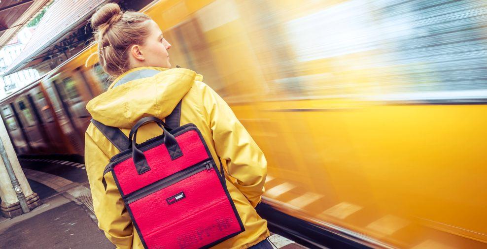 Kleidung, Kosmetik, Verpflegung und Technik sind im Damenrucksack Elvis sicher verstaut. - copyright: Feuerwear