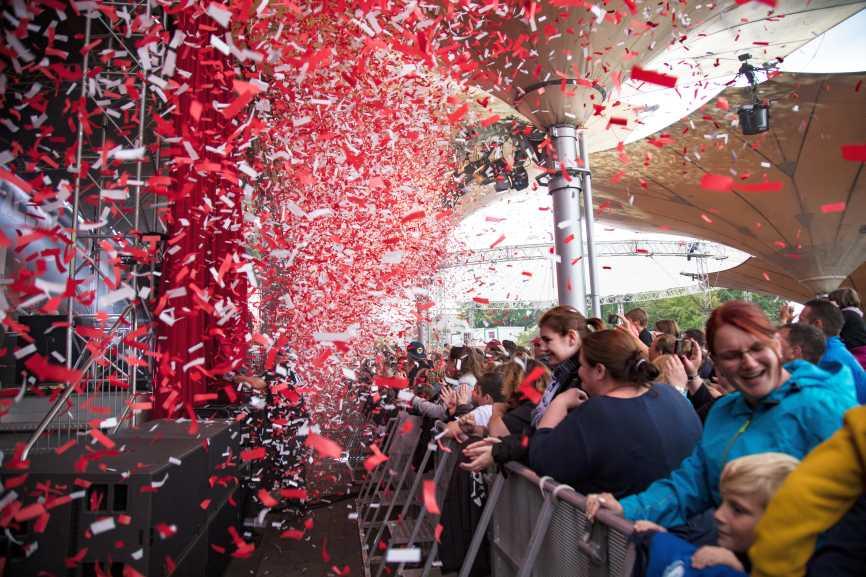 Es knallten Konfettikanonen in den Farben des Kölner Stadtwappens und ein rot-weißer Regen aus Papierflittern überzog den Tanzbrunnen. - copyright: CityNEWS / Alex Weis