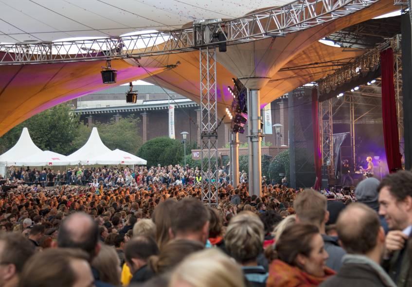 Ausverkauftes Haus beim Kasalla Open Air Konzert im Tanzbrunnen Köln. - copyright: CityNEWS / Alex Weis