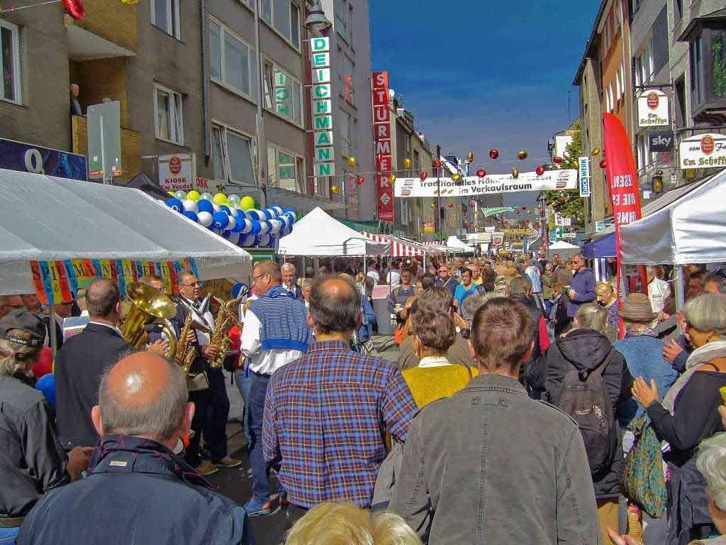 """Der """"Längste Desch vun Kölle"""" wird auch 2017 im Severinsviertel gedeckt: Hier die Infos zum großen Straßenfest in der Kölner Südstadt! - copyright: CityNEWS / Eiden"""