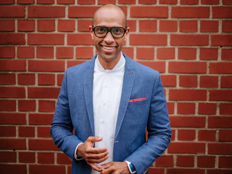 Moderator Amiaz Habtu gibt zukünftigen Gründern Tipps. - Foto MG RTL D Stefan Neumann