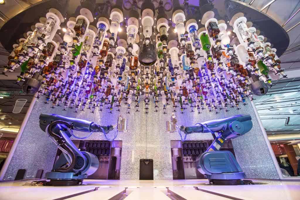In der Bionic Bar wartet der Roboter Barkeeper darauf Cocktails für die Gäste zu mixen. - copyright: RCL Cruises Ltd.