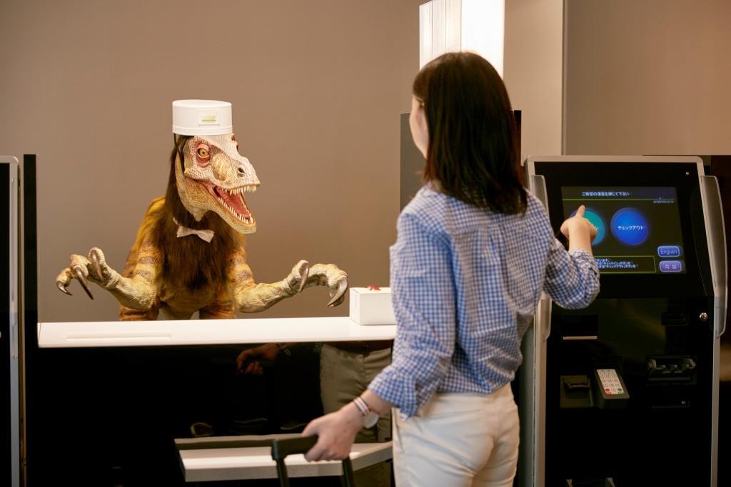 Ein T-Rex nimmt die Hotelbesucherim Henn-na in Empfang. - copyright: HUISTEN BOSCH Co., Ltd.