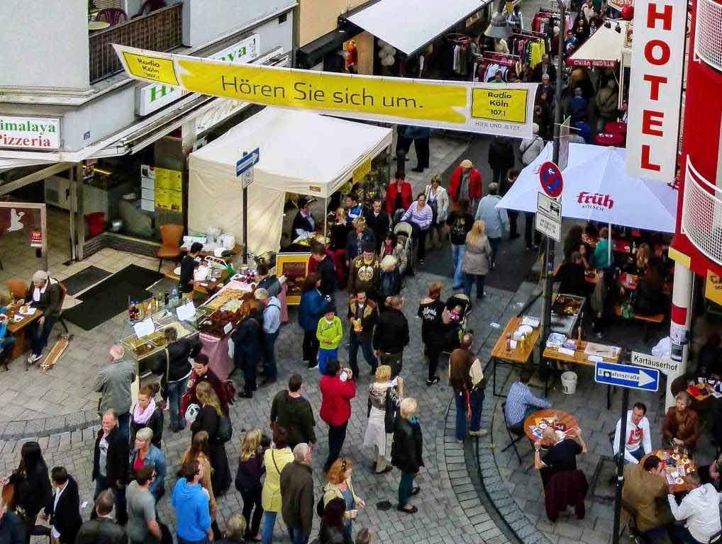 Zahlreiche Stände laden zum Bummeln, Shoppen und Flanieren im Vringsveedel ein. - copyright: CityNEWS / Eiden