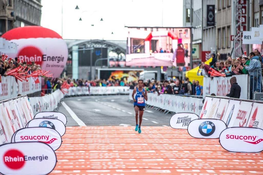 Das Ziel des Köln Marathon befindet sich am Kölner Dom in der Komödienstraße - copyright: Philipp Cielen / Köln Marathon