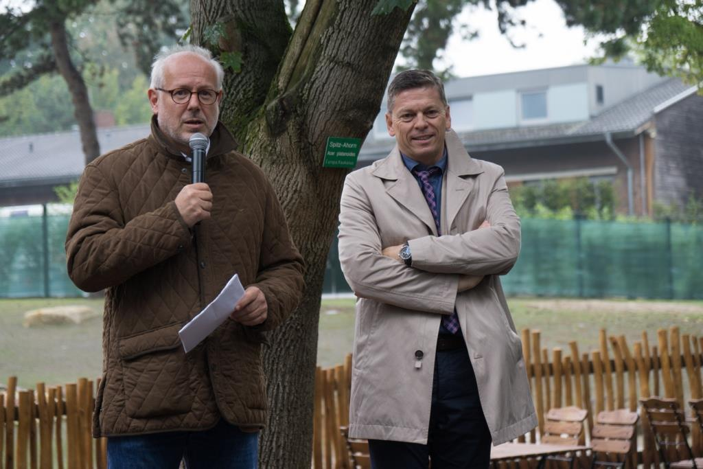 Die Zoovorstände Prof. Theo B. Pagel (links) und Christopher Landsberg (rechts) sind dankbar für die Spenden. - copyright: Werner Scheurer