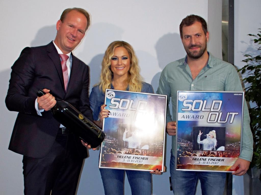 Stefan Löcher, Helene Fischer und Dave Keller (v.l.n.r.) freuen sich über den Sold Out Award der LANXESS arena copyright: AMG