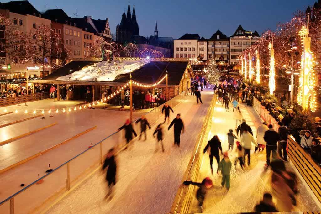 Der strahlende Mittelpunkt des Heumarktes ist die 1.800 Quadratmeter große Eisfläche. copyright: Heinzels Wintermärchen Köln