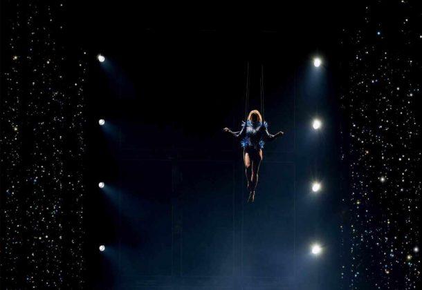 Helene Fischer schwebt im knappen blauen Stachelkostüm auf die Bühne. - copyright: CItyNEWS / Alex Weis