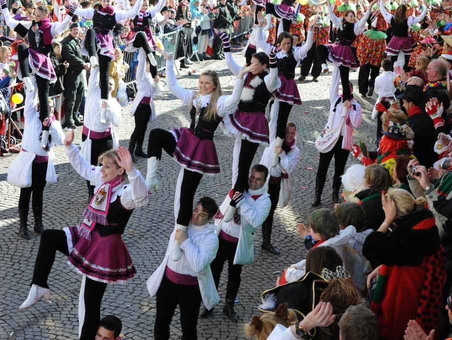 Der mittelalterliche Reihentanz ist bis heute die Basis für die vielfältige Entwicklung von Dutzenden Tanzgruppen im Kölner Karneval. - copyright: J. Rieger, Köln/Festkomitee Kölner Karneval
