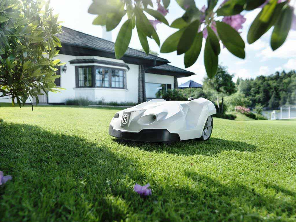 Auch als Unterstützung bei der Gartenarbeit, wie dem Rasenmähen, sorgen sie bei 41 Prozent der Befragten für Begeisterung. copyright: pixabay.com
