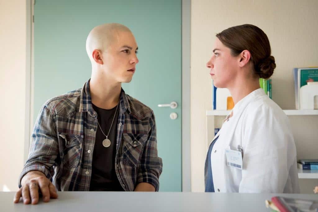 Chefärtzin Dr. Reusch (Julia Grafflage) teilt Leo (Tim Oliver Schultz) den Befund mit, der über seine Zukunft entscheidet. Foto: MG RTL D / Martin Rottenkolber