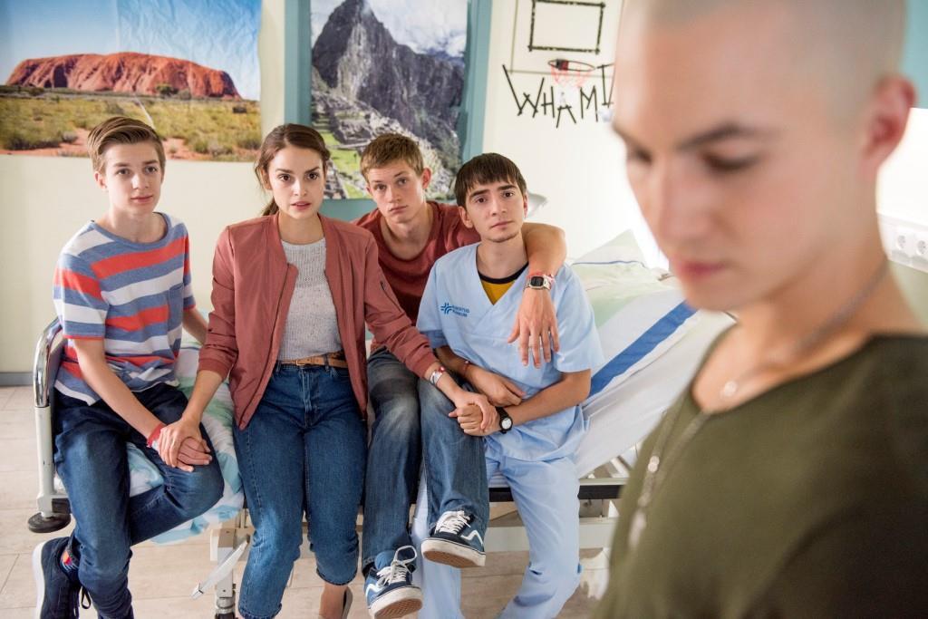V.l.: Hugo (Nick Julius Schuck), Emma (Luise Befort), Jonas (Damian Hardung) und Toni (Ivo Kortlang) sind gespannt, was Leo (Tim Oliver Schultz) ihnen erzählen wird. Foto: MG RTL D / Martin Rottenkolber