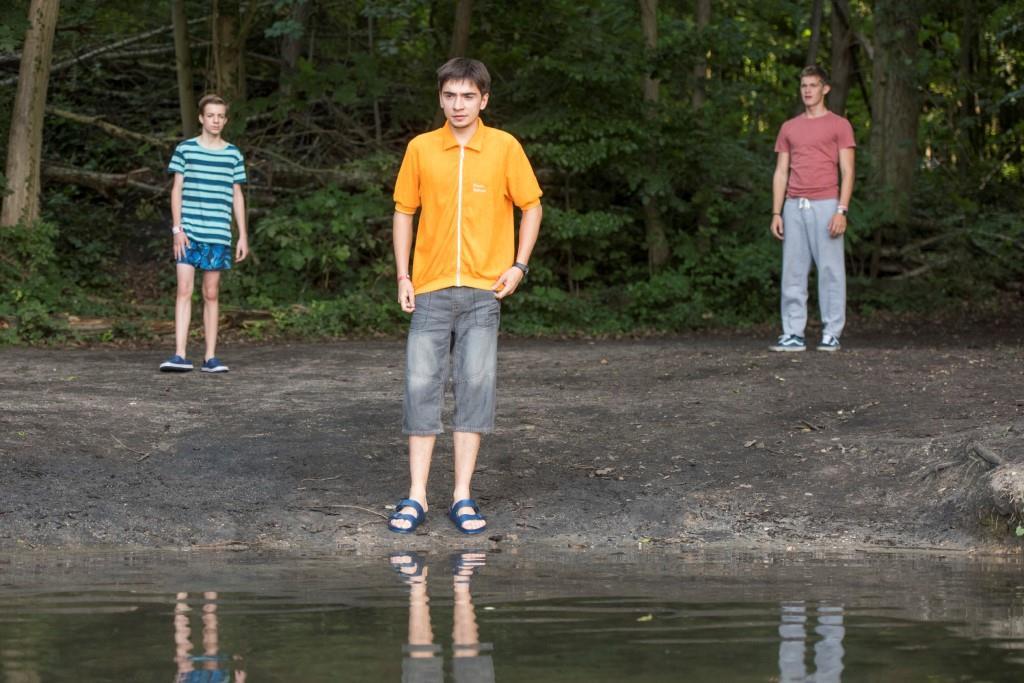 Hugo (Nick Julius Schuck) und Jonas (Damian Hardung) verstehen Tonis (Ivo Kortlang) Verhalten nicht. Er sträubt sich vehement, mit ihnen ins Wasser zu gehen. Foto: MG RTL D / Martin Rottenkolber