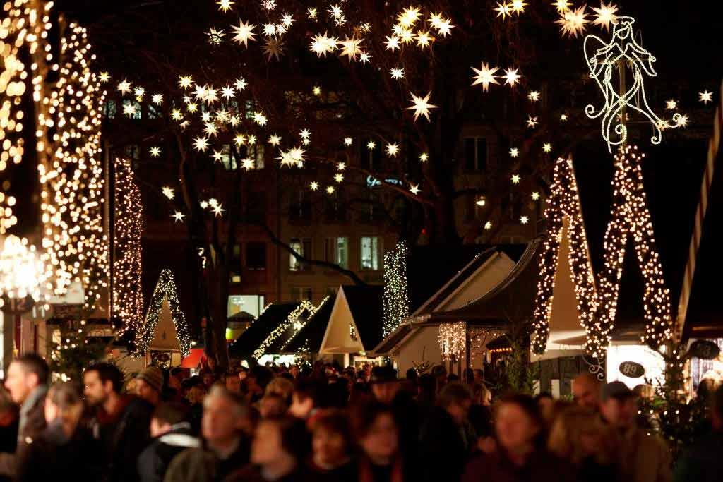 Rund 1.000 Lichtelemente, darunter mehr als 700 Sterne in den Bäumen des Neumarkts, sorgen für ein fantastisches Bild und stimmen auf die Weihnachtszeit ein. copyright: KoelnTourismus GmbH