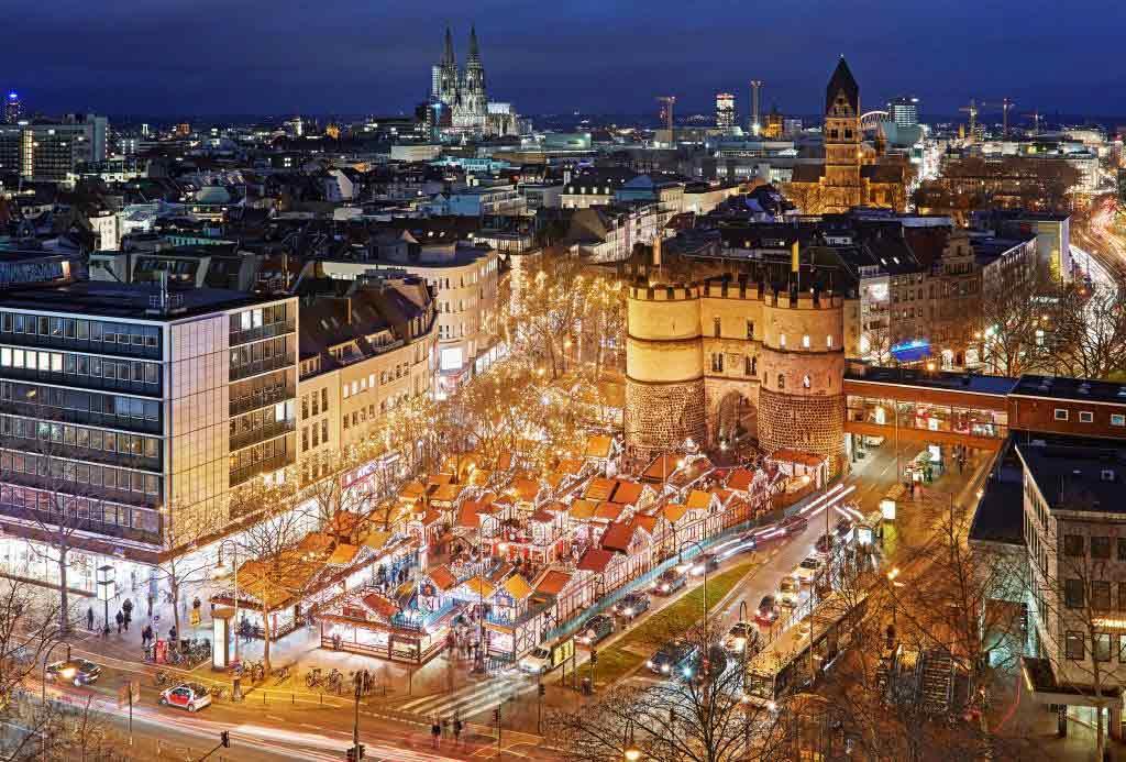 Das Weihnachtsmarkt.Nikolausdorf Am Rudolfplatz In Köln Der Weihnachtsmarkt Für Die Familie
