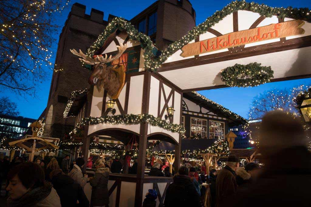 Elch Rudi - ein kölsches Original - begrüßt die Weihnachtsmarkt-Besucher. - copyright: Joachim Rieger