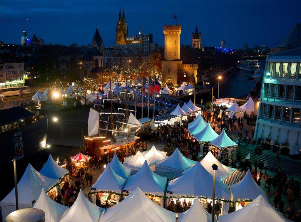 Mit seinen über 70 abwechslungsreichen Ständen gehört der Hafen-Weihnachtsmarkt am Schokoladenmuseum zu den großen Weihnachtsmärkten in Köln. copyright: Kölner Hafen-Weihnachtsmarkt