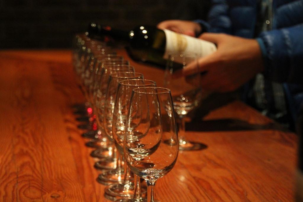 Bei einer Weinprobe verschiedene Sorten kosten copyright: pixabay.com