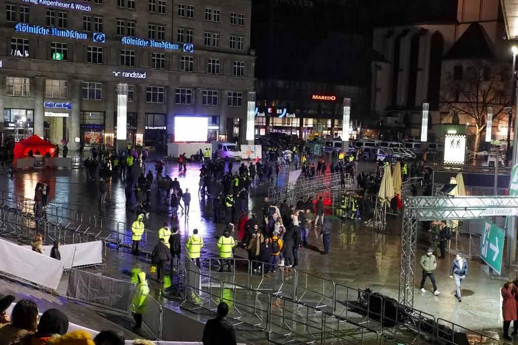 Am Bahnhofsvorplatz wurden die Personen nach Feuerwerkskörper kontrolliert. copyright: CityNEWS / Thomas Pera