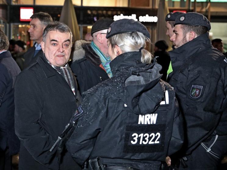 NRW-Innenminister Norbert Reul (CDU) machte sich ein Bild von der Lage vor Ort. copyright: CityNEWS / Thomas Pera